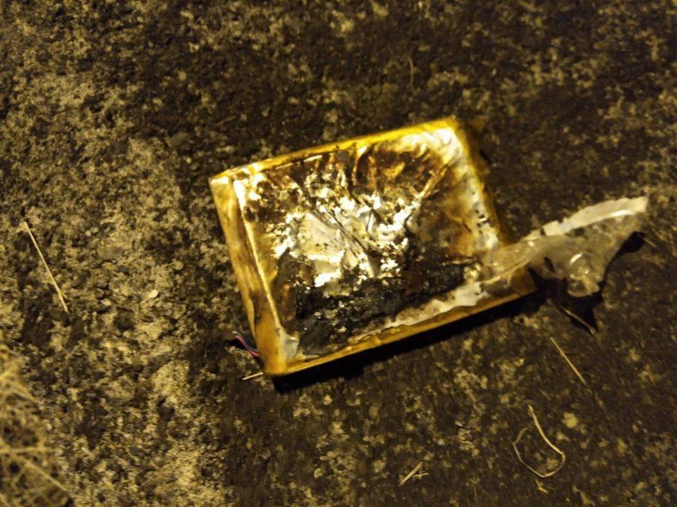 桃園市一輛垃圾車前天晚上行駛至桃園後站時,後車斗竟突然冒出陣陣白煙,原來是手機鋰...