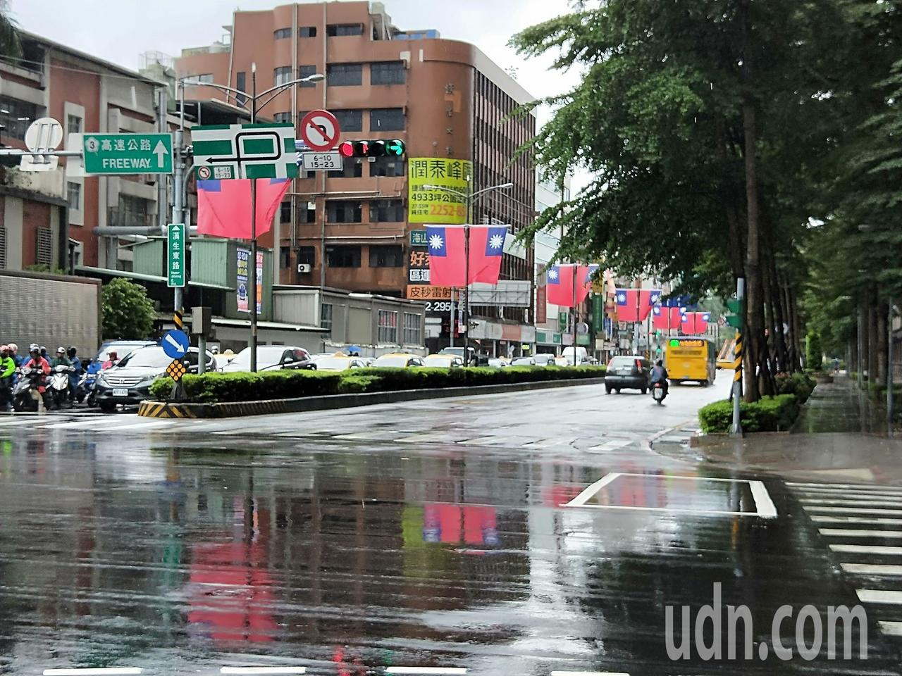 新北市府在街頭懸掛上萬面國旗,祝賀國家生日。記者施鴻基/攝影