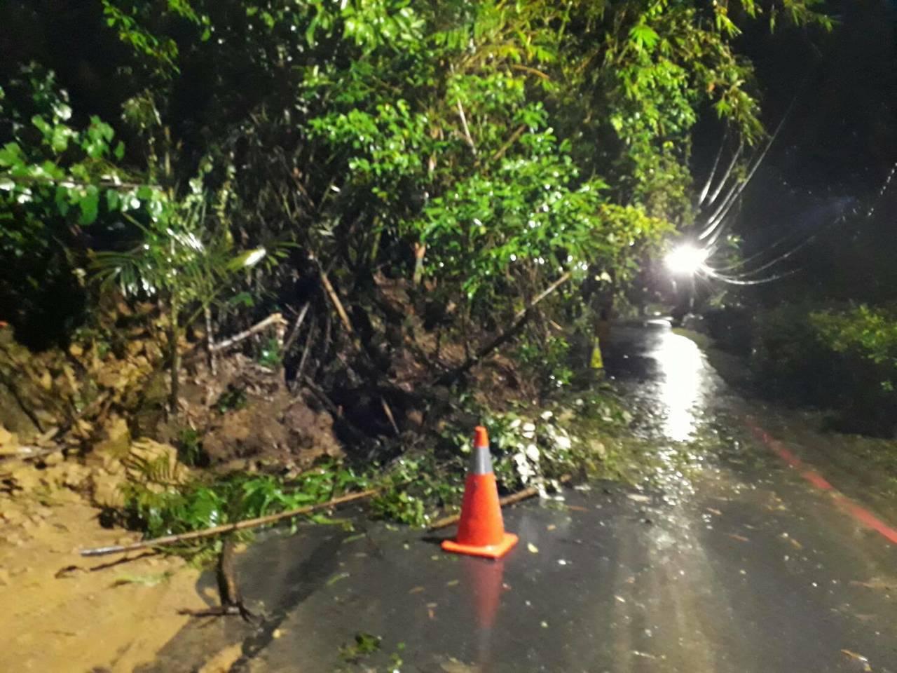 基隆連夜大雨,多處土石滑落自強路淹水警一度封閉。圖/警方提供