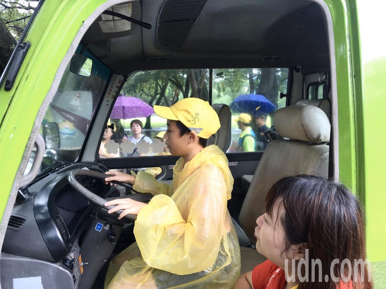 學童們親自坐上公車駕駛座,體驗公車行車死角,認識馬路上有哪些危險區域。記者郭頤/...