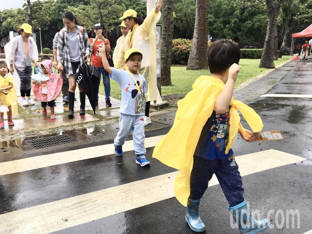 志工們帶領孩子學習正確的過馬路觀念。記者郭頤/攝影