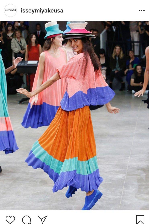 跳躍的模特兒傳遞出穿著服裝的歡愉。圖/取自IG @isseymiyakeusa