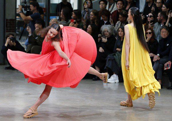 模特兒以展開的肢體凸顯布料與結構之美。圖/台灣君梵提供