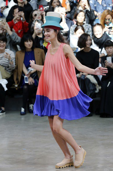 模特兒套上從天而降的洋裝隨音樂跳躍,傳遞穿上服裝的快樂。圖/台灣君梵提供