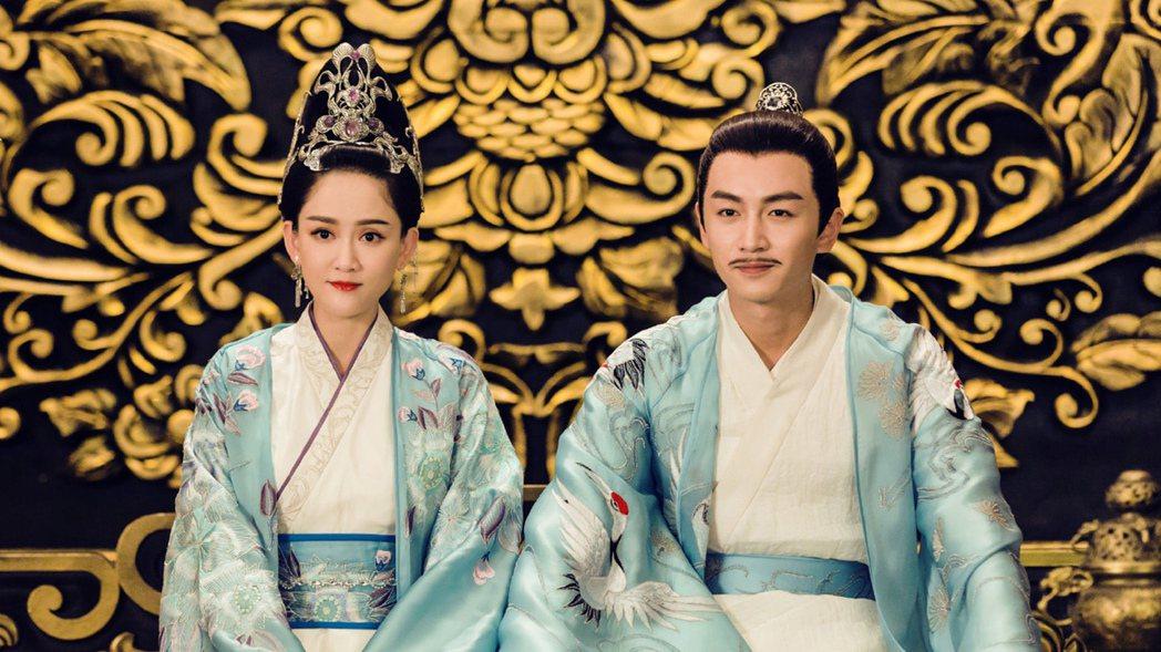 陳喬恩(左)、陳曉演出史上最恩愛帝后。圖/中天提供