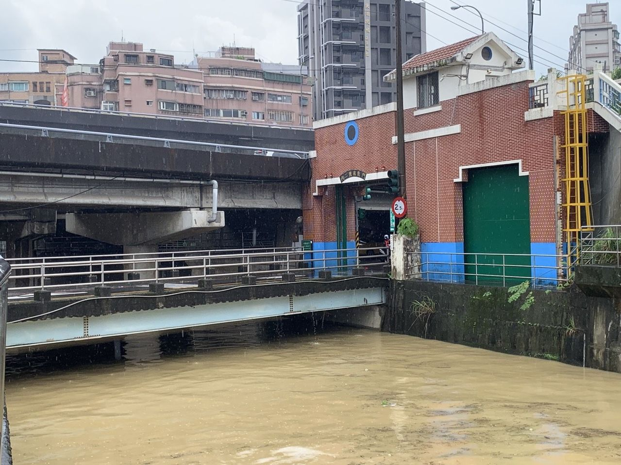 汐止內溝溪水位與橋面只剩約60公分。圖/汐止偵水志工提供