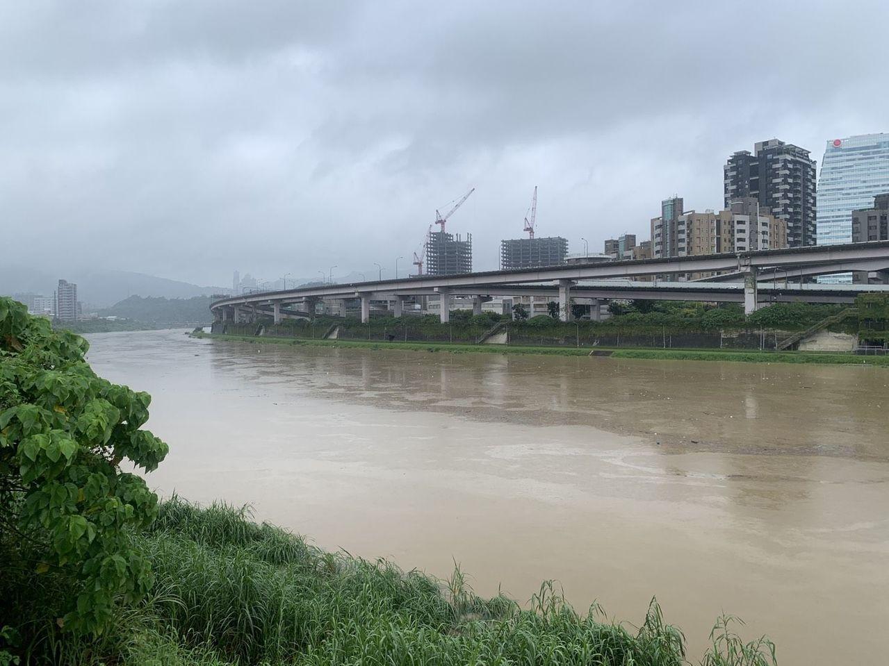 汐止南湖橋下水位因豪雨升高,水面與自行車道幾乎快融合了。圖/汐止偵水志工提供