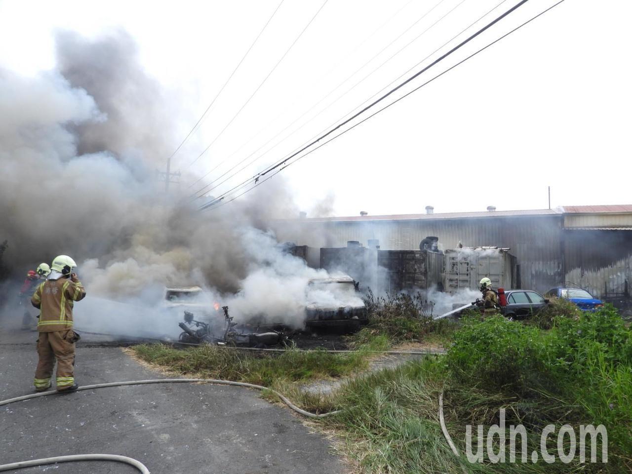 台南歸仁停業拉鍊廠外起火,冒出滾滾黑煙。記者周宗禎/攝影
