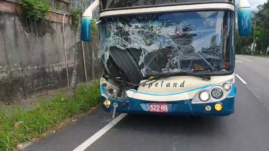 一輛遊覽車今天上午沿蘇花公路南下,在花蓮崇德段時,被一顆大輪胎砸中。記者王燕華/...