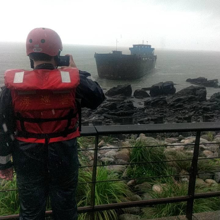 幽靈船今天下午已漂至宜蘭大溪漁港擱淺。圖/北航中心提供