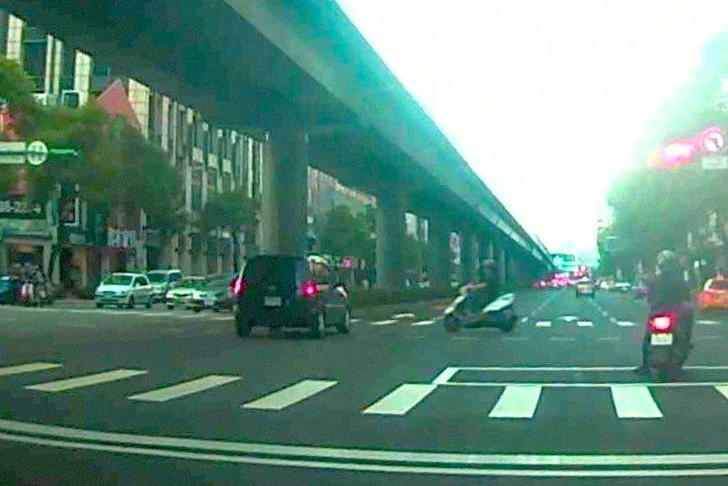 松山警方指出,用路人違規左轉、搶黃燈都是車禍肇因之一。記者蔡翼謙/翻攝