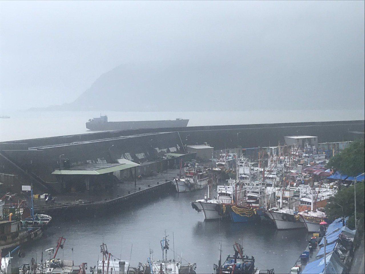一艘上千噸級的「幽靈貨船」南漂,今天中午漂流到宜蘭大溪海邊礁區擱淺,將拖吊到蘇澳...