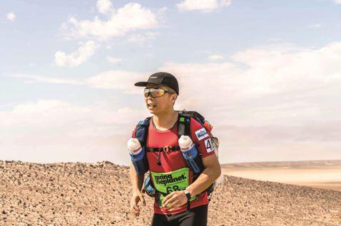 林義傑今年4月帶領范逸臣等10位台灣跑者,參加非洲納米比亞超級馬拉松賽事,7天6夜共跑250公里,他與資深媒體人趙心屏將過程寫成「納密比亞的呼喚」,書中詳細記載一路驚險與甘苦,包括使用高級流動廁所、...