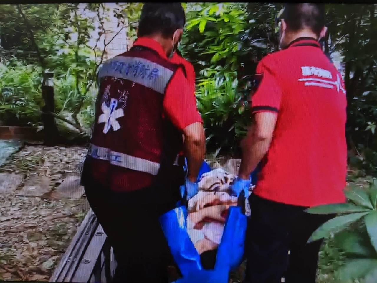 嘉義市消防局將鄭姓婦人救下,送醫急救。圖/嘉義市消防局提供