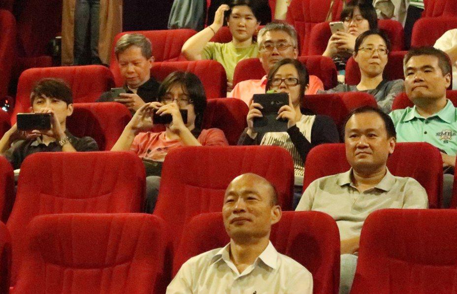 高雄市長韓國瑜前往MLD影城,參加青年局舉辦的活動,觀看電影《返校》。記者徐如宜/攝影