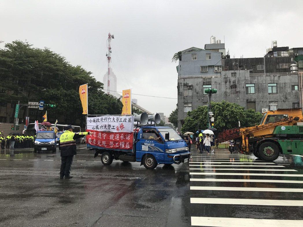 民進黨今在中央黨部前舉辦33周年黨慶活動,由於封街交管,抗議勞團只好在周邊道路繞...