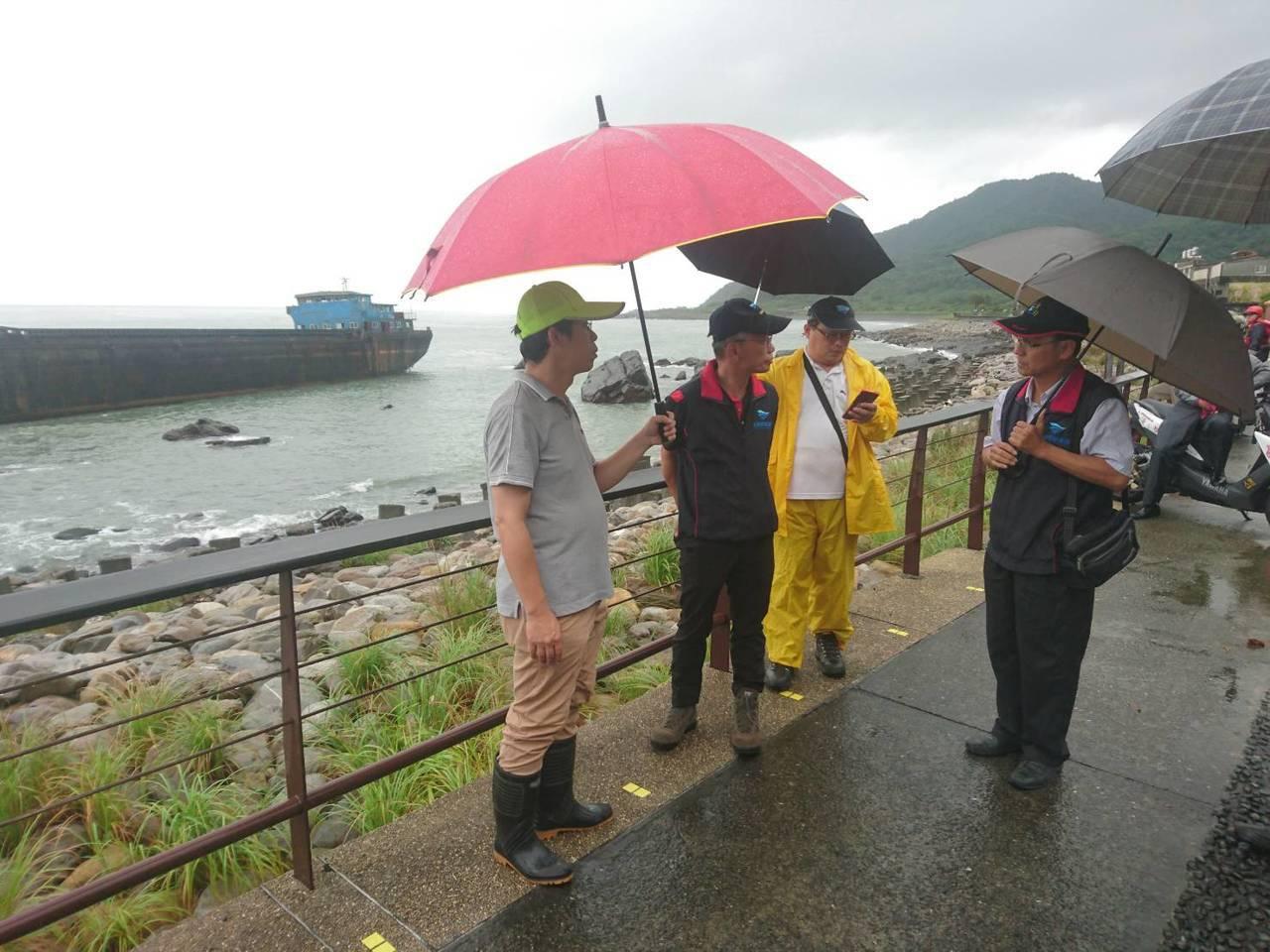 交通部航港局北部航務中心主任張德義(右)等協調緊急處理。記者羅建旺/攝影