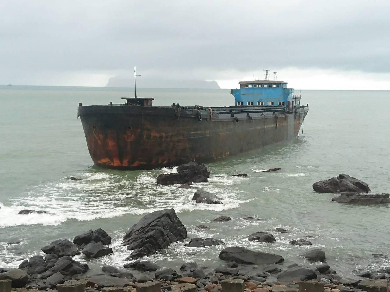 一艘大「幽靈船」南漂,今天漂流到宜蘭縣頭城鎮大溪火車站前方海邊礁區擱淺。記者羅建...