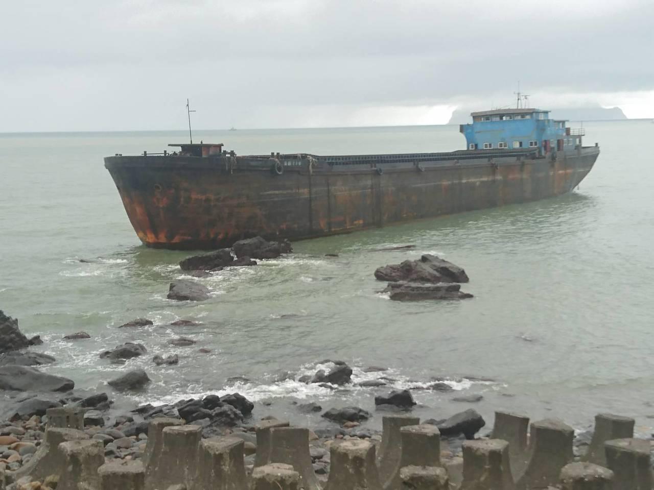 一艘大陸來的「幽靈船」南漂,今天漂流到宜蘭縣頭城鎮大溪火車站前方海邊礁區擱淺。記...