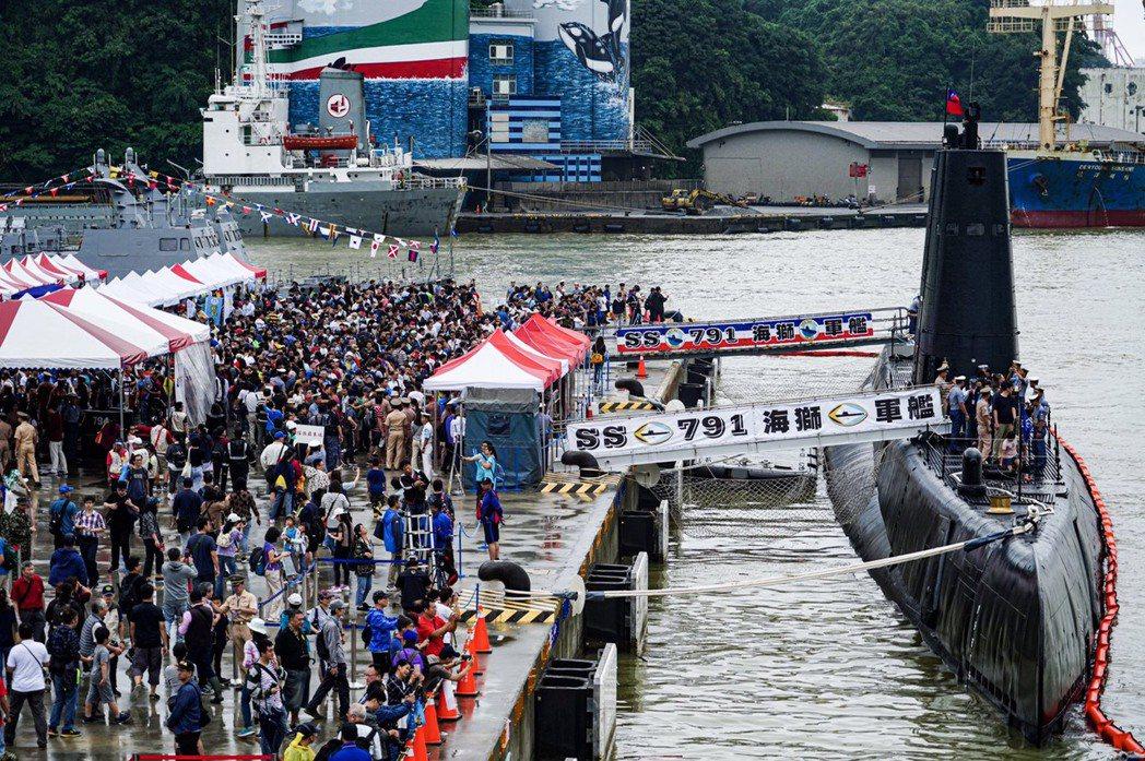 基隆港登軍艦搶看全球最老海獅艦,海軍:湧入12萬人。圖/海軍提供