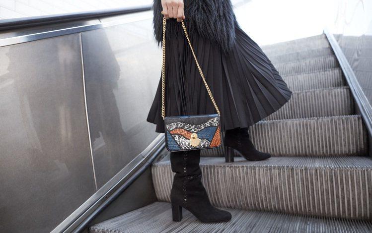 Cavalcade Patch藍色帶鍊皮夾包,售價22,300元。圖/LONGC...