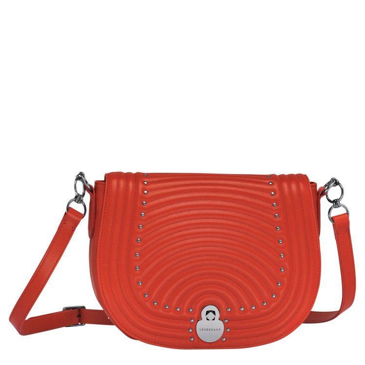Cavalcade Matelass罌粟紅斜背包,售價28,600元。圖/LON...