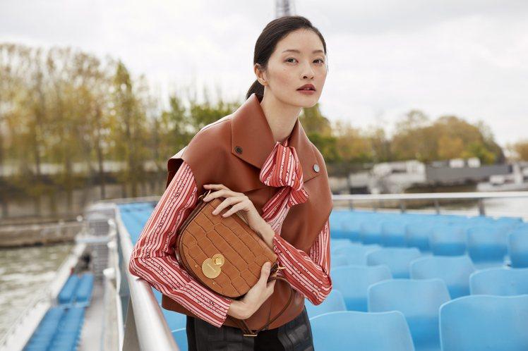 形象廣告中的台灣模特兒李晨華演繹Cavalcade Croco駝色斜背包,售價2...