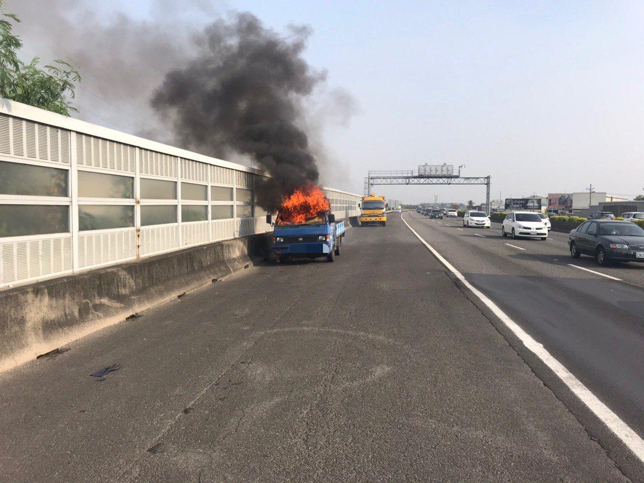 國道一號北上345公里處,今下午3時40分許驚傳火燒車事故,所幸未釀人員受傷。記...