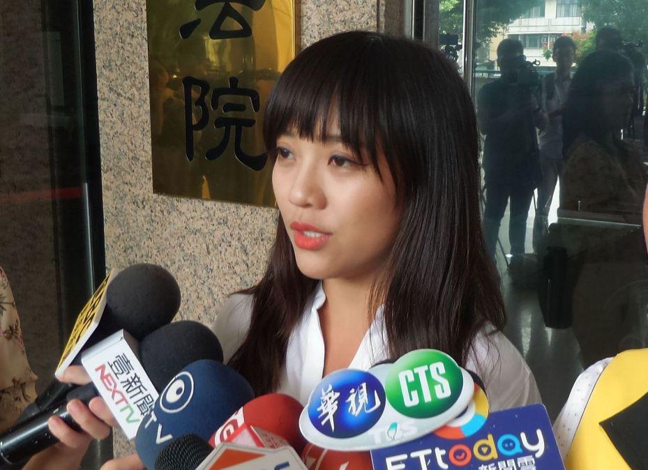 時代力量女議員黃捷今天在受訪時遭民眾辱罵,她決定要提告。記者林保光/攝影