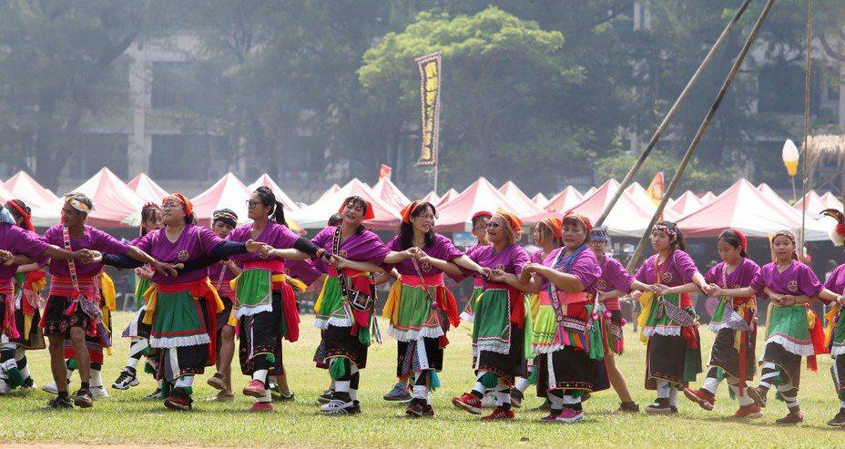 高雄市政府原民會今天在左營海軍運動場舉辦原住民族聯合豐年祭活動。記者劉學聖/攝影