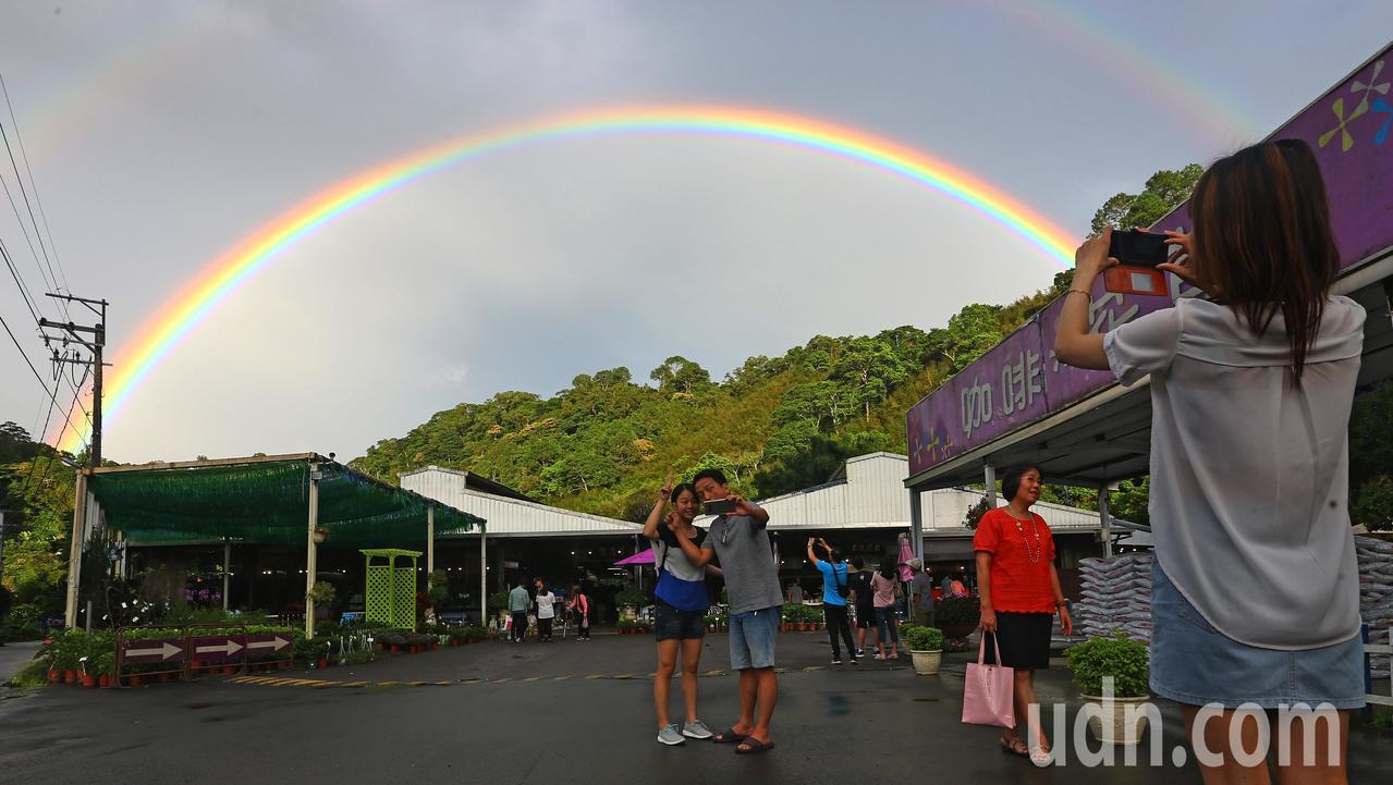 影/奇景難得一見 桃園大溪驚見明亮雙彩虹