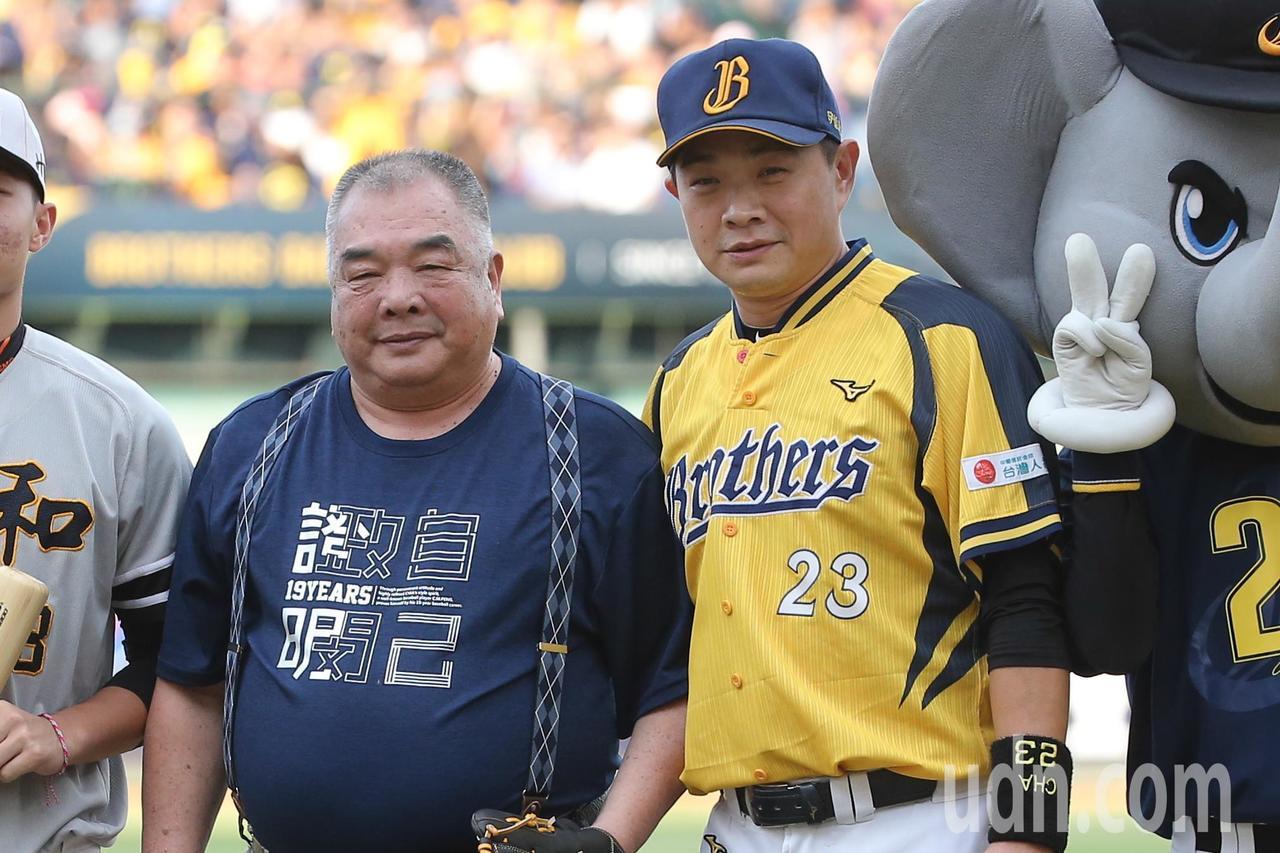 中信球星彭政閔(左)與父親彭建明(左)出席開球儀式後合影留念。記者黃仲裕/攝影