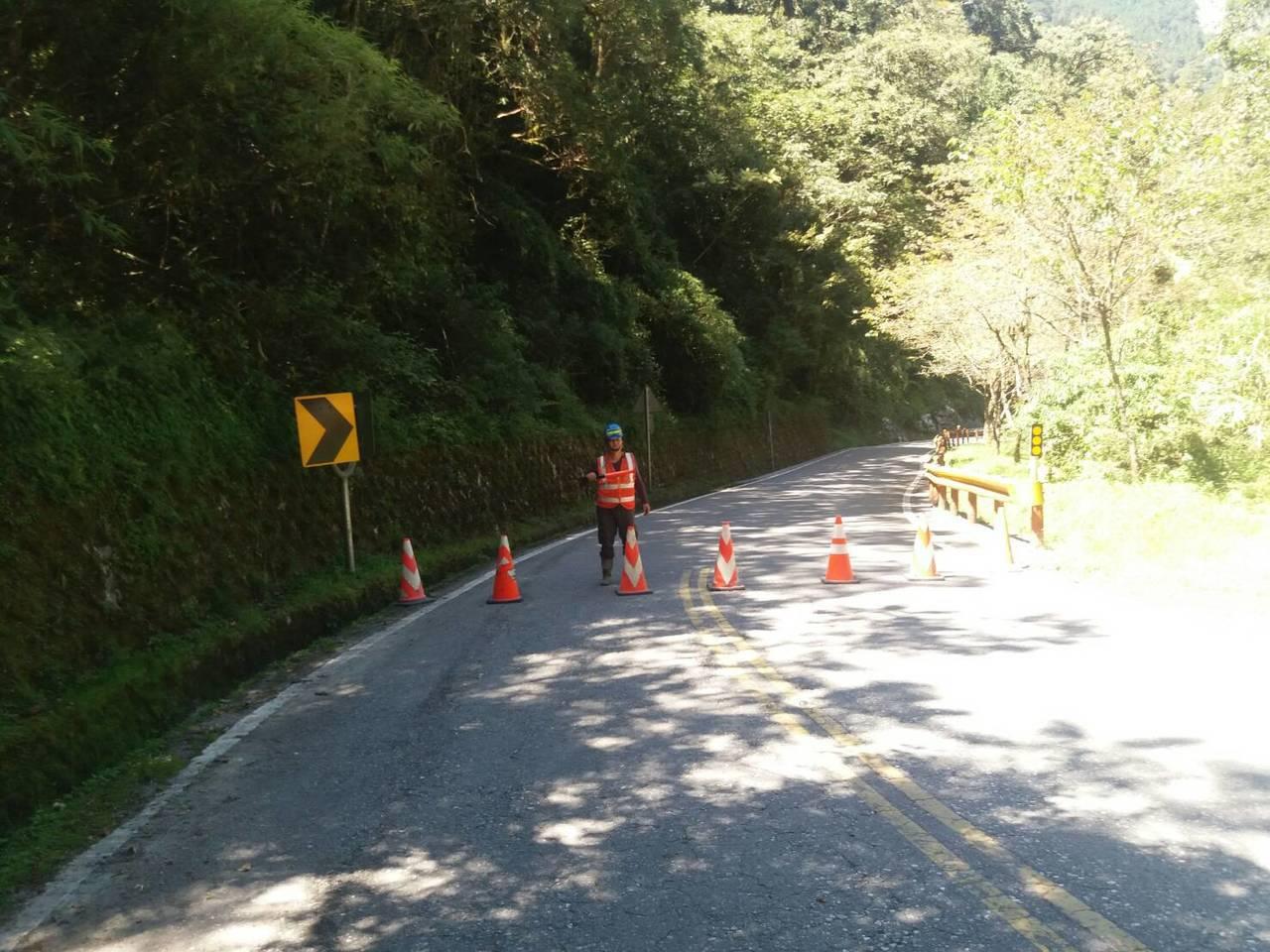 台8線131公里處慈恩路段正執行災害搶修工程,因晚間上邊坡泥流夾雜零星碎石,公路...