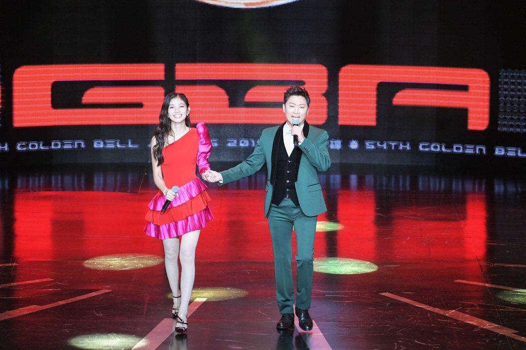 侯昌明(右)、李千那擔任第54屆廣播金鐘主持人。圖/三立提供