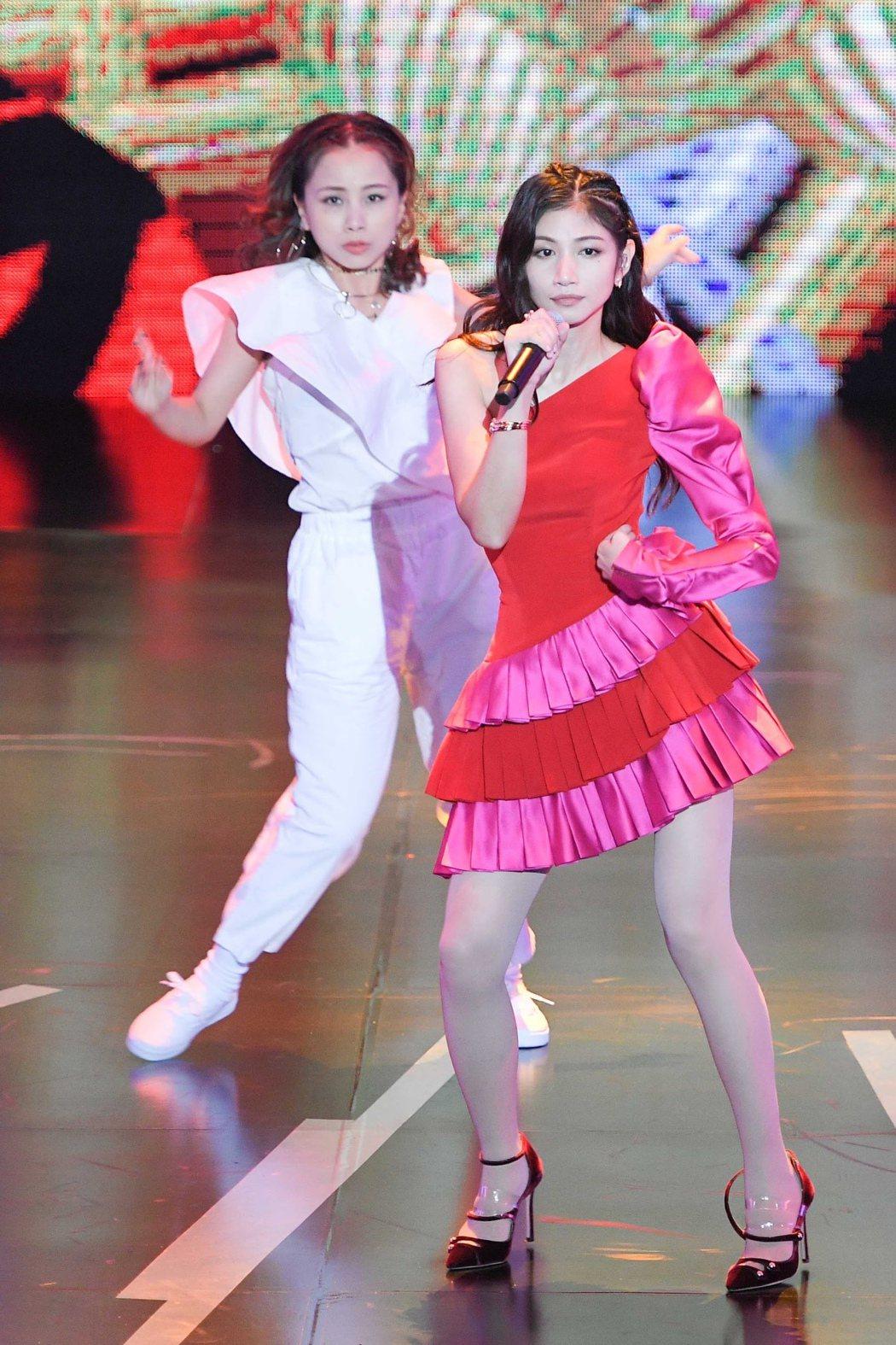 李千那在廣播金鐘典禮上擔任開場表演嘉賓,一連串勁歌熱舞帶動氣氛。圖/三立提供