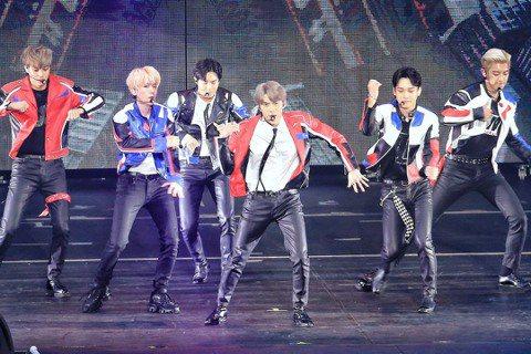 韓國夯團EXO 28日在台北小巨蛋開唱,雖然少了當兵中的XIUMIN、D.O.,粉絲熱情不減,全場1.1萬名粉絲應援喊聲震天,迎接從改裝貨車中登場的EXO。他們此次巡演全靠6名成員,是出道以來成員數...