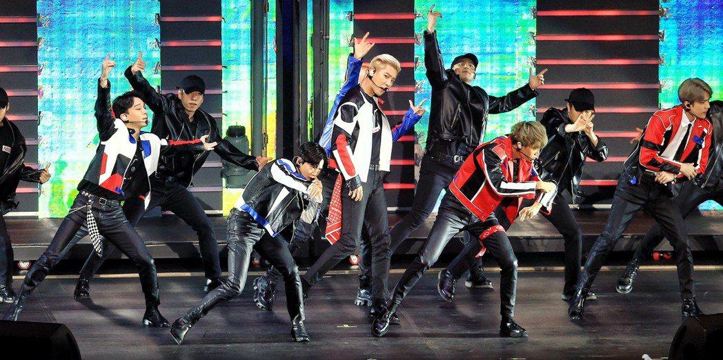 EXO在台北小巨蛋熱唱招牌舞曲。記者林伯東/攝影