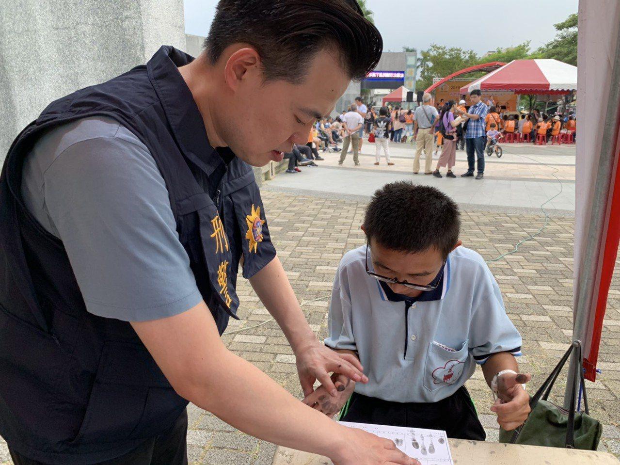 警方辦自願捺印指紋活動,希望預防老人或身心障礙者走失。記者李承穎/攝影