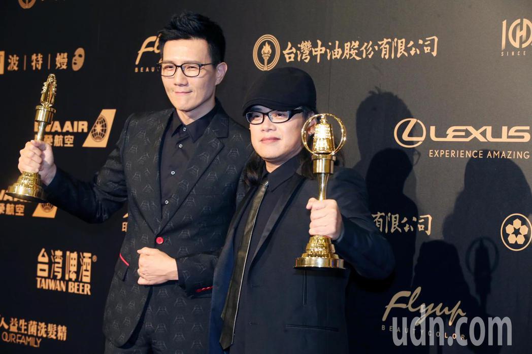 流氓阿德(右)以《全世界最亮的光》獲得「生活風格節目獎」,蔣偉文(左)隨後也以《...