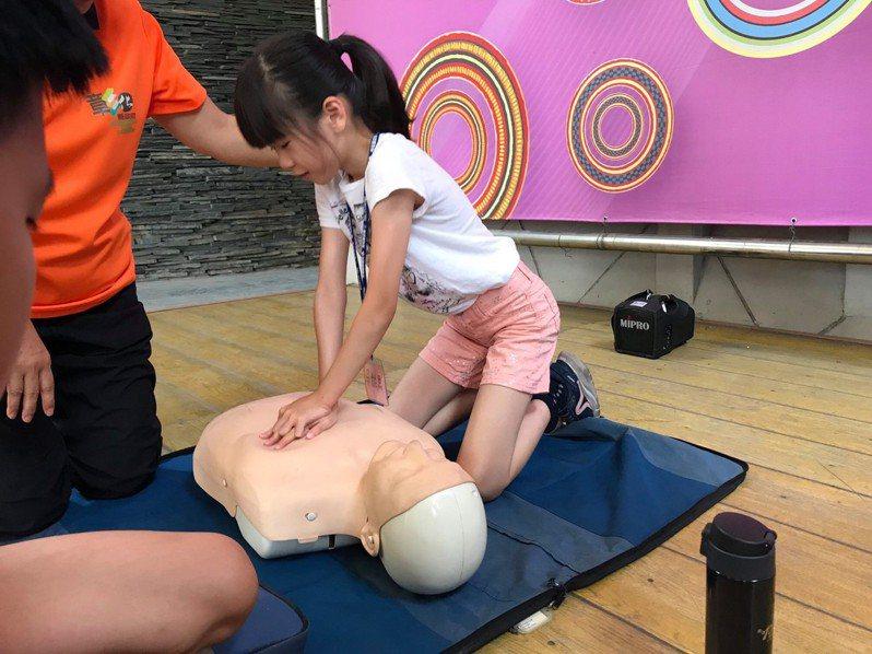 心肺復甦術(CPR)曾經是政府提倡救人的全民運動,但台灣學CPR的人越來越少,造成台灣急救存活率只有22%,政府有必要擴大CPR(心肺復甦術)教育。圖/彰化縣消防局提供