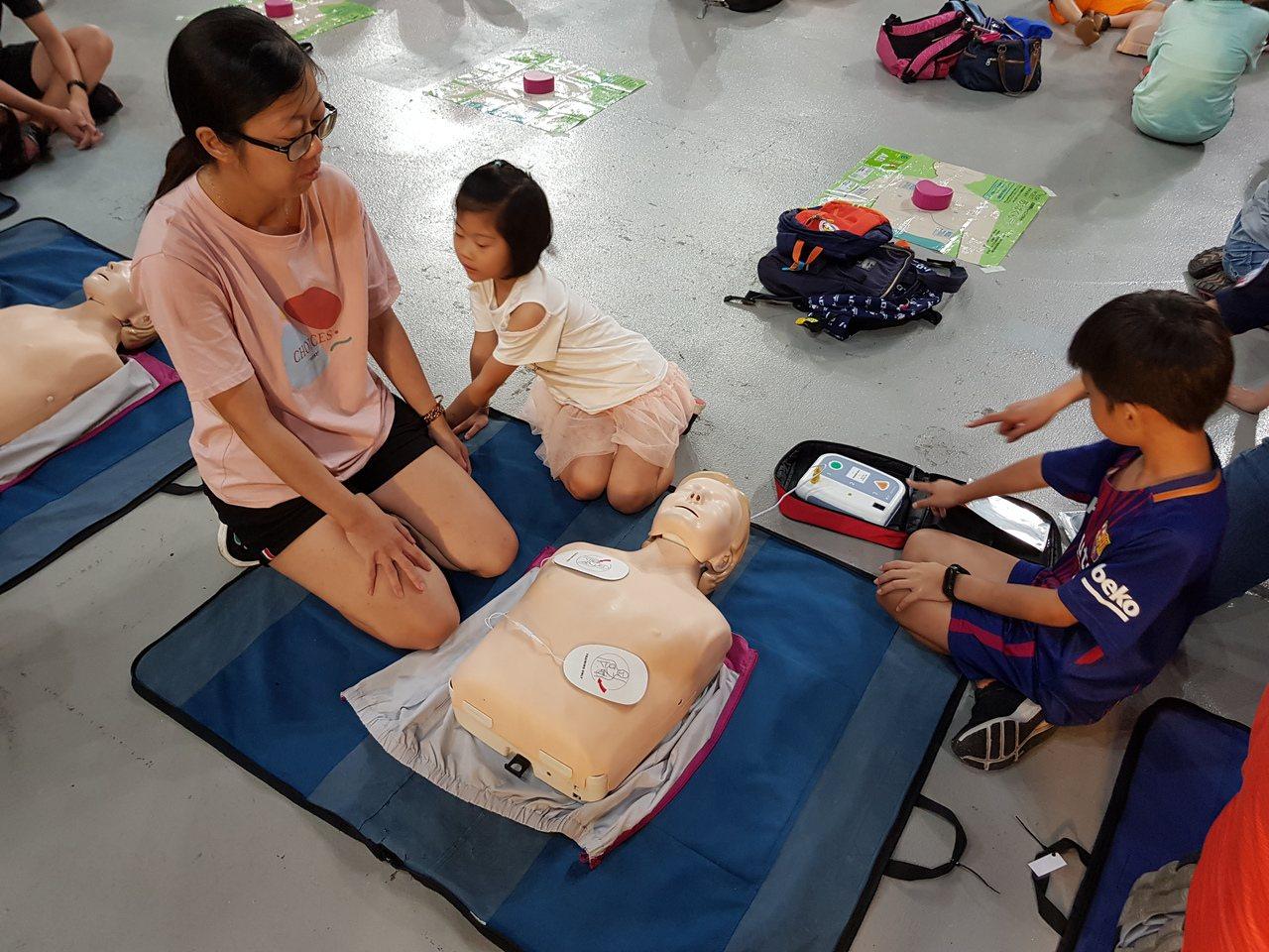 衛福部規定學校、旅宿場所、觀光旅遊地區等公共場所應設置「自動體外心臟電擊去顫器(...