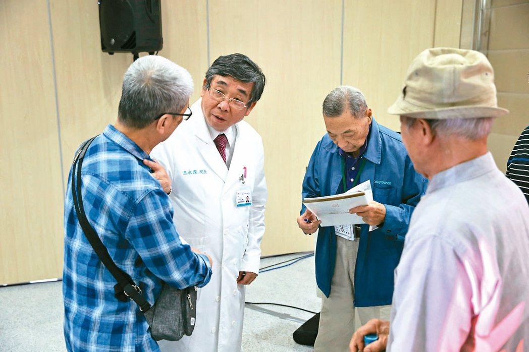 演講會後,聽眾向王水深院長(左二)諮詢。 記者葉信菉╱攝影
