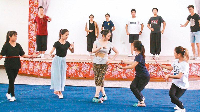 榮興客家採茶劇團年度大戲「可待」10月5、6日將登國家戲劇院演出,劇團加緊排練。 記者胡蓬生/攝影