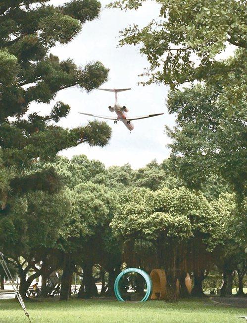 台北花博公園新生園區 玩迷宮、看飛機