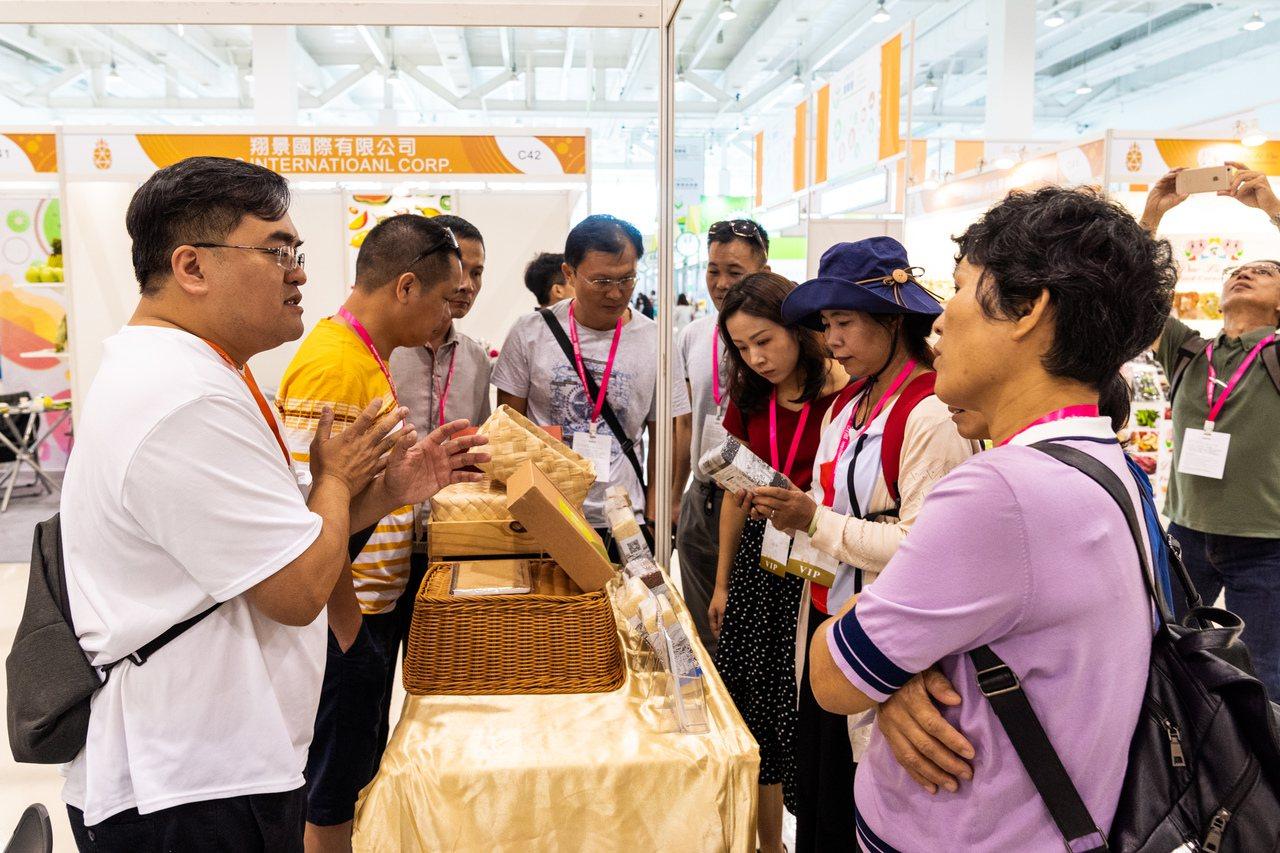 陳明宏(左一)來自科技,深知SOP的重要,將嚴謹的流程轉移運用到農業上種出無論在...
