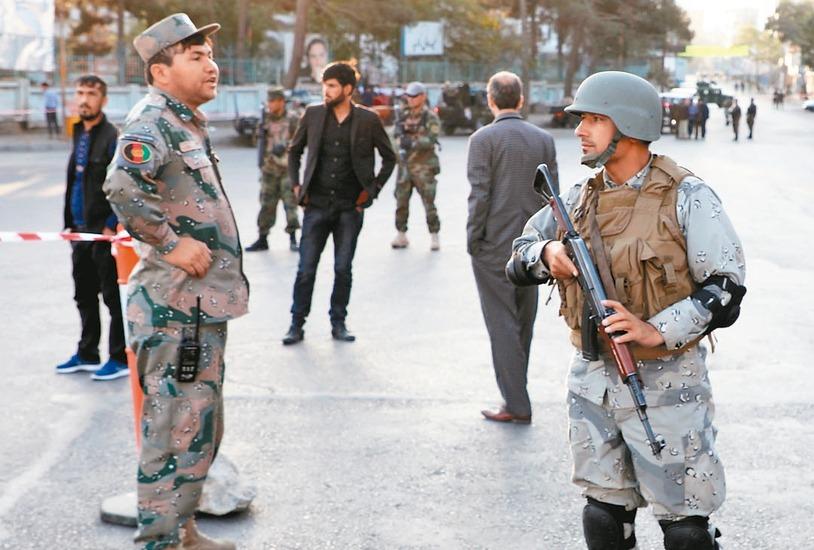 阿富汗士兵在投開票所附近荷槍實彈戒備。 路透