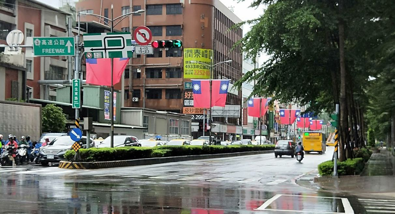 新北市府在街頭懸掛上萬面國旗,祝賀中華民國生日。記者施鴻基/攝影