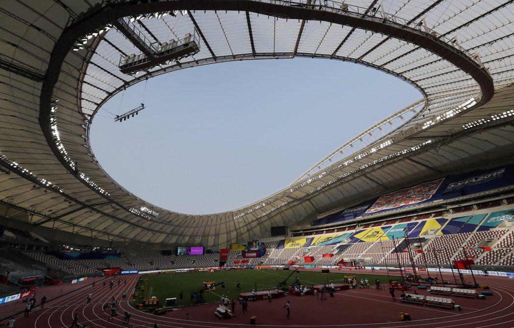 哈里發體育場設有屋頂,可覆蓋場地7成面積。 (歐新社)