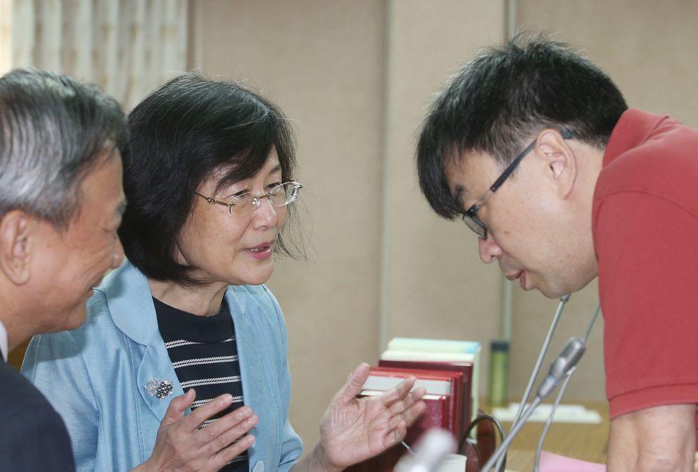 段宜康(右)2016年槓上羅瑩雪(中),挨批「民粹」。圖/聯合報系資料照片