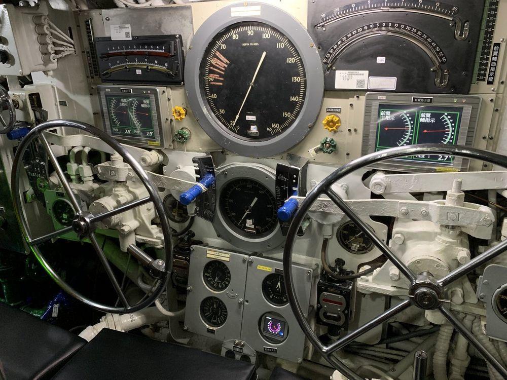海獅艦控制室內,負責操作航向與上浮、下潛的操縱手座位,兩人前方加裝了液晶螢幕顯示...